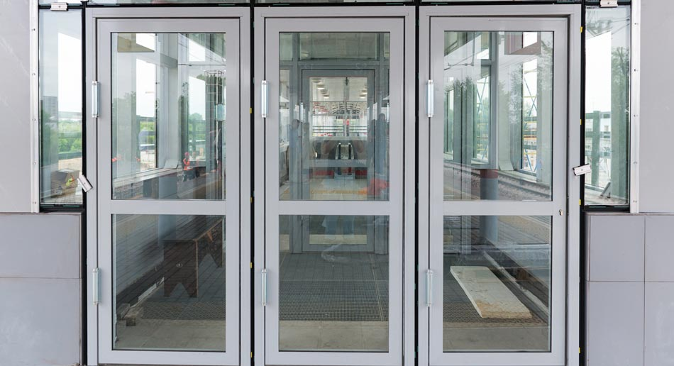 установка входных алюминиевых дверей